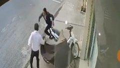 Mới- nóng - Clip: Thanh niên bẻ khóa trộm xe bị chủ nhà rượt đuổi chạy trối chết