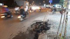 Mới- nóng - Clip: Cãi nhau với bạn gái, nam thanh niên đốt xe máy giữa đường