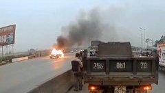 Mới- nóng - Clip: Xe Camry bất ngờ bốc cháy ngùn ngụt trên quốc lộ 1A
