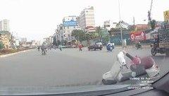 Xa lộ - Clip: Tránh 2 cô gái sang đường, người phụ nữ lao xe vào đầu ô tô