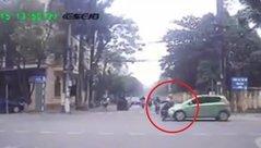 Xa lộ - Clip: Nữ sinh vượt đèn đỏ bị ô tô tông văng giữa ngã tư