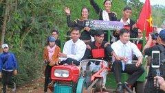 Giải trí - Clip: Hoa hậu H'Hen Niê được rước về buôn bằng máy cày