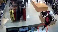 Mới- nóng - Clip: Bế trẻ nhỏ trên tay, người đàn ông vẫn trộm iPhone nhanh như chớp