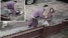 Mới- nóng - Clip: Bị giật iPhone, bé gái 12 tuổi quyết liệt chống trả lại tên cướp