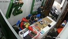 Mới- nóng - Clip: Thanh niên vờ mua hàng rồi trộm điện thoại nhanh như chớp