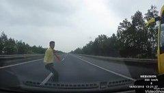 Xa lộ - Clip: Đột ngột băng qua cao tốc, nam phụ xe bị ô tô tông trúng