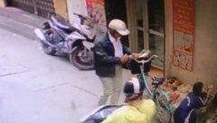 Mới- nóng - Clip: Người đàn ông thản nhiên móc trộm ví ngay giữa phố
