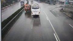 Mới- nóng - Clip: Khoảnh khắc kinh hoàng khi xe khách tông xe cứu hỏa trên Pháp Vân-Cầu Giẽ