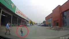 Xa lộ - Clip: Bé trai bất ngờ lao ra trước đầu ô tô khiến tài xế thót tim