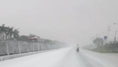 Mới- nóng - Clip: Quốc lộ 5 bỗng dưng bị 'tuyết' phủ trắng xóa hàng trăm mét
