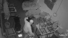 Mới- nóng - Clip: Trộm đột nhập vào quán cà phê, 'cuỗm' 2 xe máy trong đêm