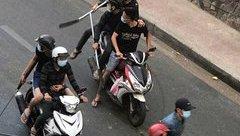 Mới- nóng - Clip: Nhóm thanh niên cầm hung khí chém nhau giữa phố Sài Gòn