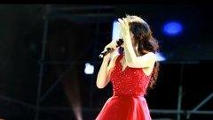Giải trí - Hòa Minzy bất ngờ gặp sự cố khi đang trình diễn trên sân khấu