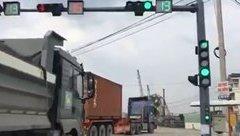 Xa lộ - Thót tim cảnh hàng loạt xe tải vượt đèn đỏ, cố tình nối đuôi nhau rẽ phải