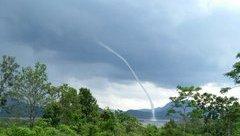 Mới- nóng - Clip: Xuất hiện vòi rồng hút nước từ hồ thủy điện lên trời ở Quảng Trị