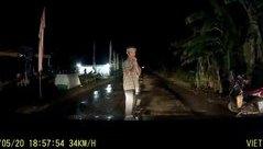 Xa lộ - Clip: Cụ già bất ngờ đứng chắp tay giữa đường khiến tài xế thót tim