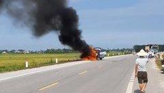 Xa lộ - Clip: Ô tô đang chạy bất ngờ bốc cháy ngùn ngụt trên quốc lộ
