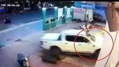 Xa lộ - Clip: Khoảnh khắc nữ tài xế lái ô tô tông sập cửa chính nhà sách