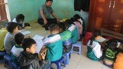 Giáo dục - Xúc động người thầy khuyết tật hết lòng vì trẻ nghèo