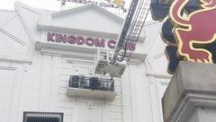 Tin nhanh - Cháy lớn tại 'thiên đường giải trí' bậc nhất Hà Tĩnh: Cắt tường để tiếp cận hiện trường