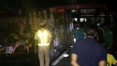 Tin nhanh - Xe khách chở 30 người đâm vào vách núi vì tránh xe tải bị lật