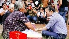 Giải trí - Mỹ Tâm chân đất, ngồi bệt vệ đường trò chuyện với các cụ già