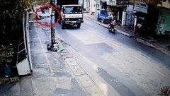 Video - Clip: Va chạm với xe tải, người phụ nữ bị cán qua người