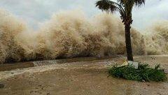 Video - Clip: Ảnh hưởng bão số 10, sóng đánh cao gần 5 mét ở TP.Sầm Sơn