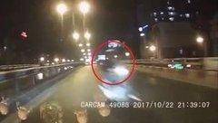 Xa lộ - Clip: Phóng ngược chiều trên cầu vượt, xe máy suýt tông vào đầu ô tô