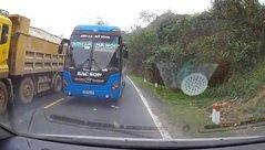 Xa lộ - Clip: Xe khách vượt ẩu, suýt đấu đầu ô tô trên đèo Thung Khe