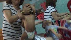 Gia đình - Trẻ bị bảo mẫu bạo hành và lời xin lỗi đầy nước mắt của một bà mẹ 9X