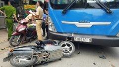 Tin nhanh - Lưu thông ngược chiều, xe máy đối đầu xe buýt, 1 người nhập viện