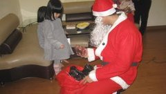 """Gia đình - Vui buồn chuyện """"ông già Noel"""" phát quà Giáng sinh"""