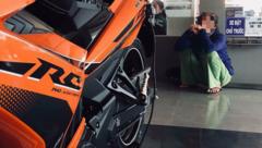 Cộng đồng mạng - Cái kết bất ngờ sau câu chuyện người mẹ nghèo vay tiền mua xe xịn cho con trai