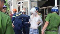 Pháp luật - Giải cứu nam thanh niên bôi vôi đầy mình, đòi nhảy lầu tự tử