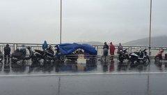 Xã hội - Người mẹ đội mưa ngóng tin con mất tích trên cầu Thuận Phước