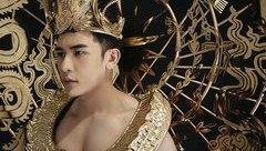 Sự kiện - Siêu mẫu Trần Minh Trung diện trang phục dát vàng nặng 40kg