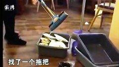 Cộng đồng mạng -  Trung Quốc: Nhân viên một nhà hàng vắt giẻ lau nhà vào chậu bát đĩa
