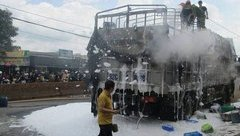 Tin nhanh - Xe tải bốc cháy, hàng hóa trị giá gần 100 triệu đồng bị thiêu rụi