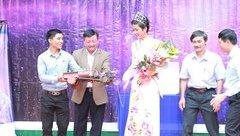 Ngôi sao - Về thăm trường, Hoa hậu H'Hen Niê được thầy giáo tặng xe máy cày mô hình