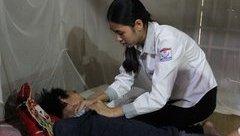 Chính trị - Xã hội - Bố bại liệt, nữ sinh xứ Nghệ khó bước chân vào giảng đường