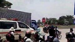 Giáo dục - Xe cứu thương hú còi, học sinh vẫn dàn hàng giữa đường