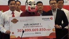 Tiêu dùng & Dư luận - Chủ nhân jackpot Vietlott 303 tỷ đồng tặng tiền tỷ cho gia đình hiệp sĩ đường phố