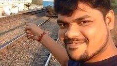 Sau vô lăng - [VIDEO] Chụp ảnh Selfie với tàu hỏa và cái kết thảm khốc