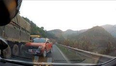 Sau vô lăng - [VIDEO] Ford Ranger vượt ẩu xe tải suýt gây tai nạn liên hoàn ở Hòa Bình