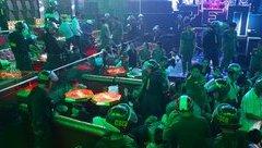 An ninh - Hình sự - Đột kích quán bar, phát hiện 'kho' vũ khí khủng, dân chơi vứt ma túy để phi tang