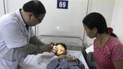 Các bệnh - Bị dao cau đâm vào mắt, bé trai có nguy cơ mất thị lực mắt phải