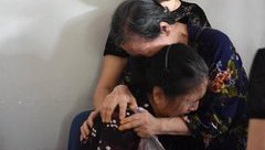 Tin nhanh - Mẹ của tài xế lái tàu gặp nạn khóc nấc trong vòng tay hàng xóm ngày vĩnh biệt con trai
