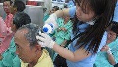 Sức khỏe - Hàng trăm bệnh nhân được cắt tóc, gội đầu miễn phí ngay tại bệnh viện
