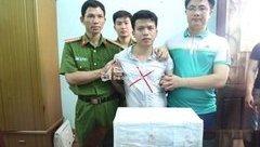 An ninh - Hình sự - Vây bắt kẻ vận chuyển 20 bánh heroin và 1.000 viên hồng phiến trong xế hộp